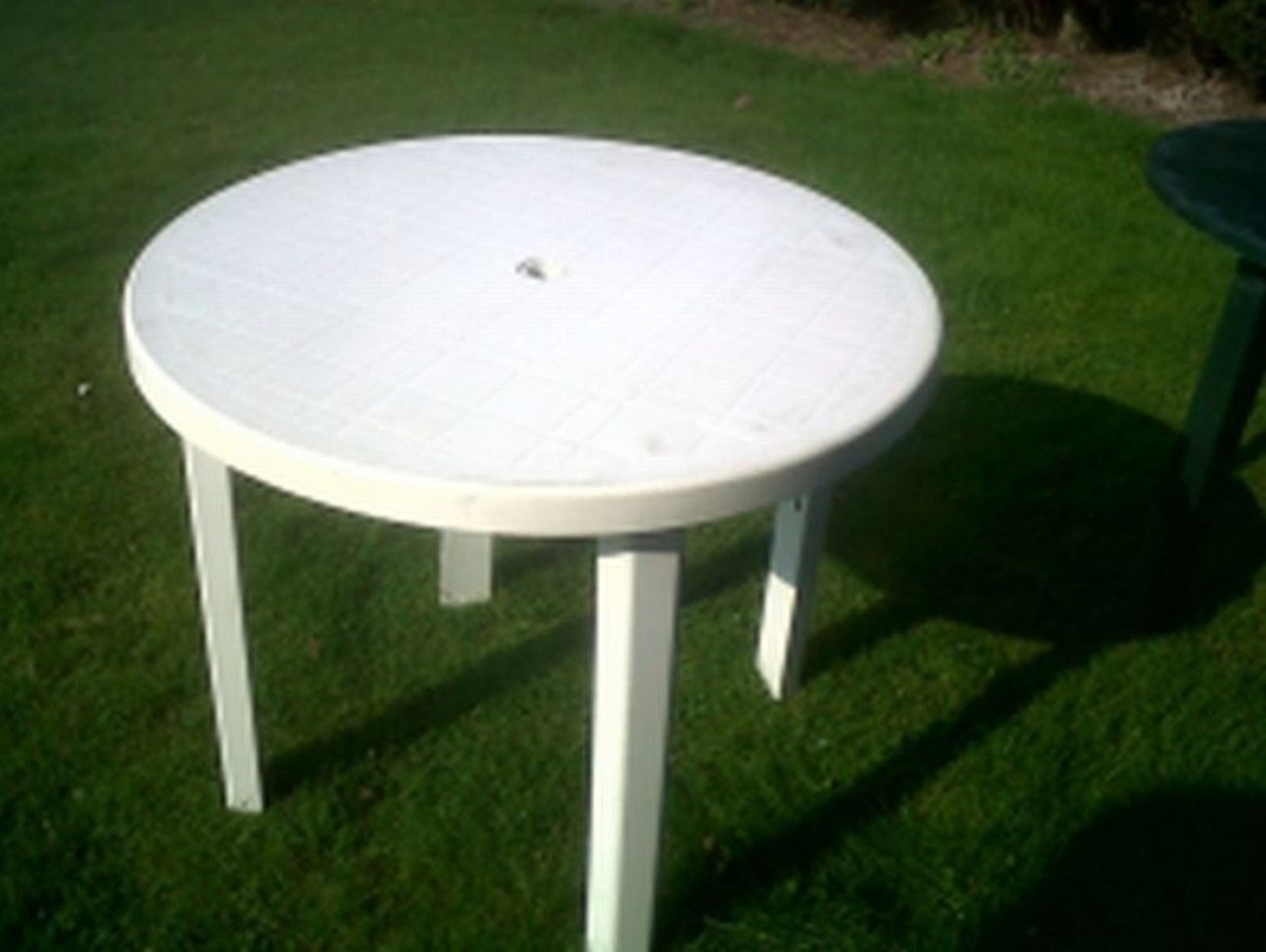 Secondhand chairs and tables outdoor furniture white for Plastic garden furniture