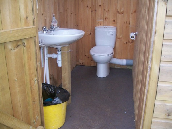 Single cubicle with wash basin