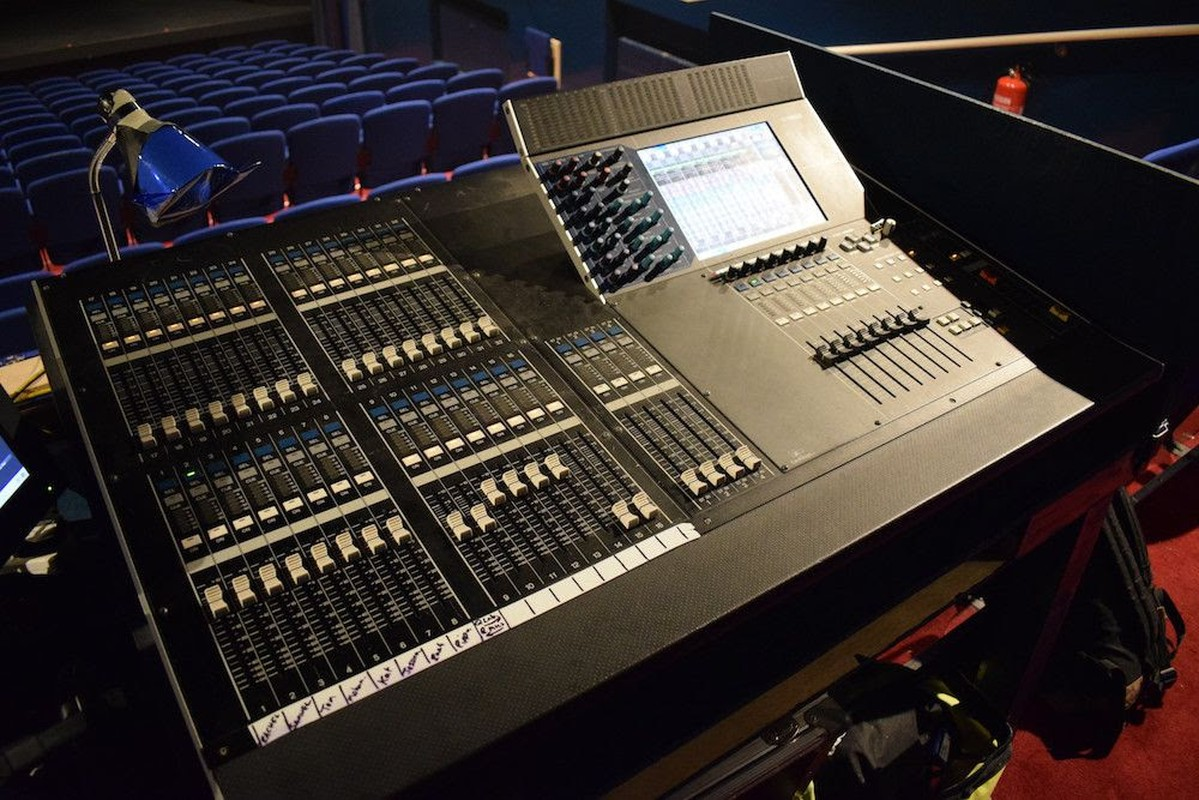 secondhand sound and lighting equipment mixers and mixing desks yamaha m7cl 32 with psu. Black Bedroom Furniture Sets. Home Design Ideas