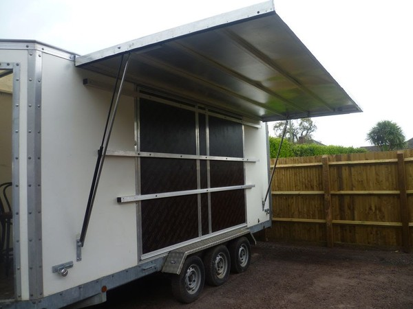 Stage trailer with roof