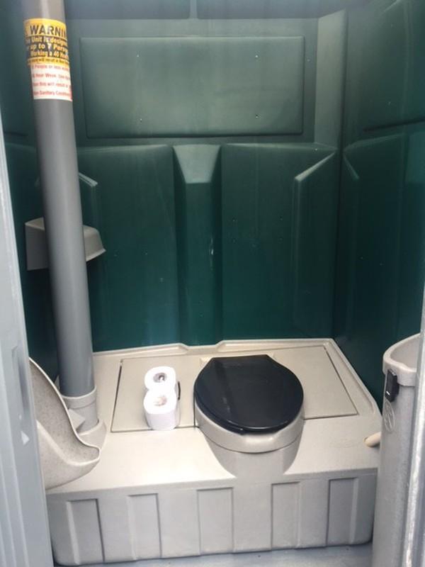 Single mobile toilets