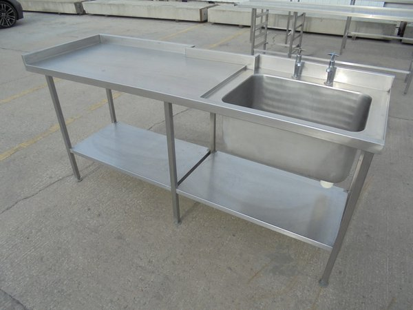 Single bowl sink with upstand