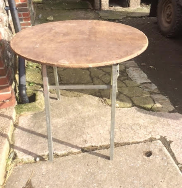 Folding round tables