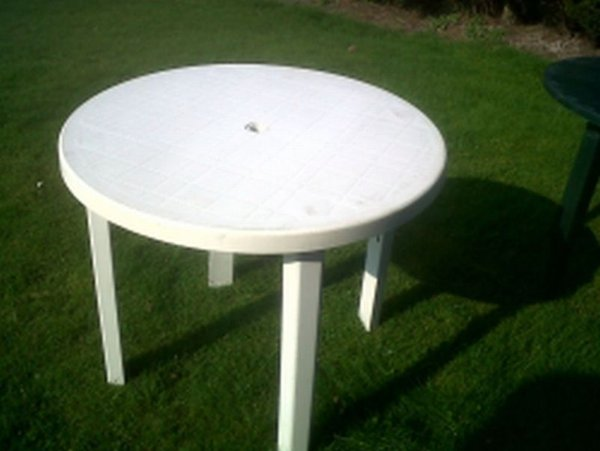 White plastic 3ft round table