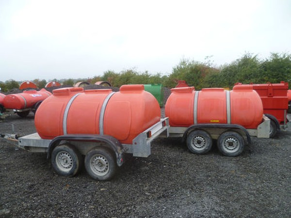 Trailer mounted water bowser