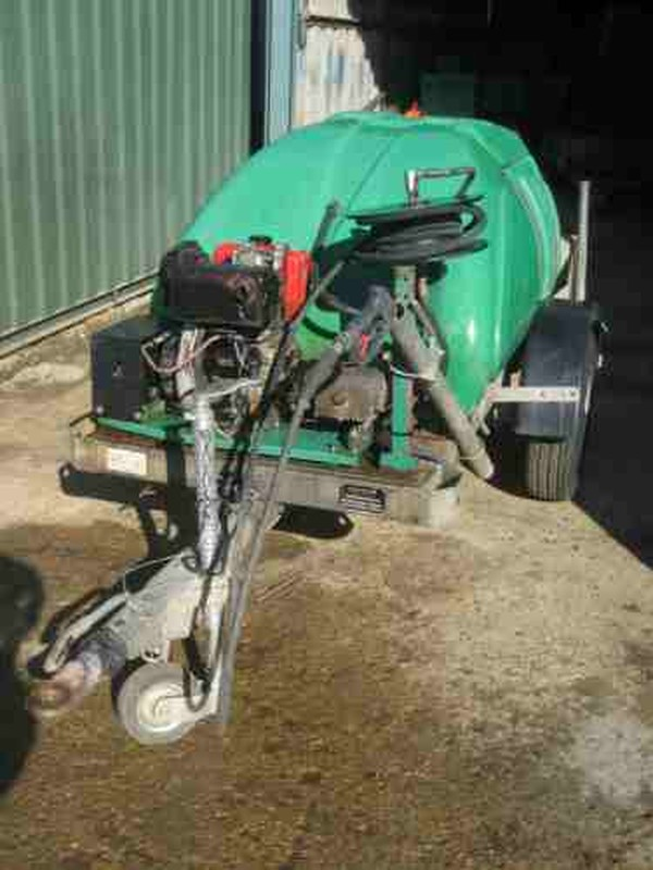 Road tow Pressure washer with bowser