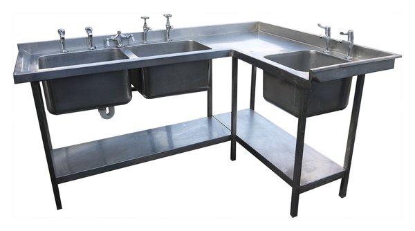 Corner wash station