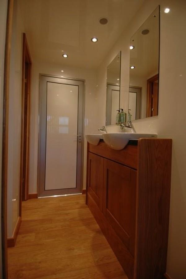Toilet trailer wash basins