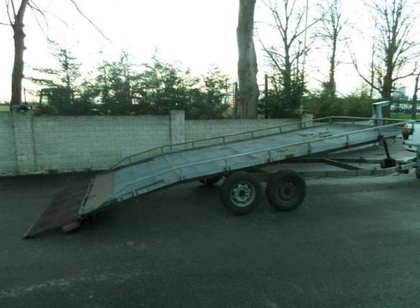 Tilting bed trailer with beaver tail