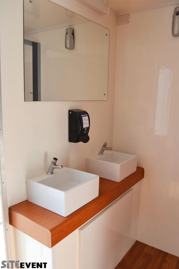 Luxury 4+2 Vacuum Toilet Trailer