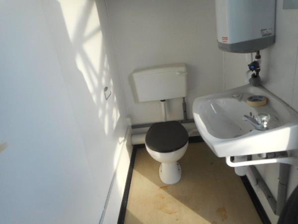 Portable toilet building