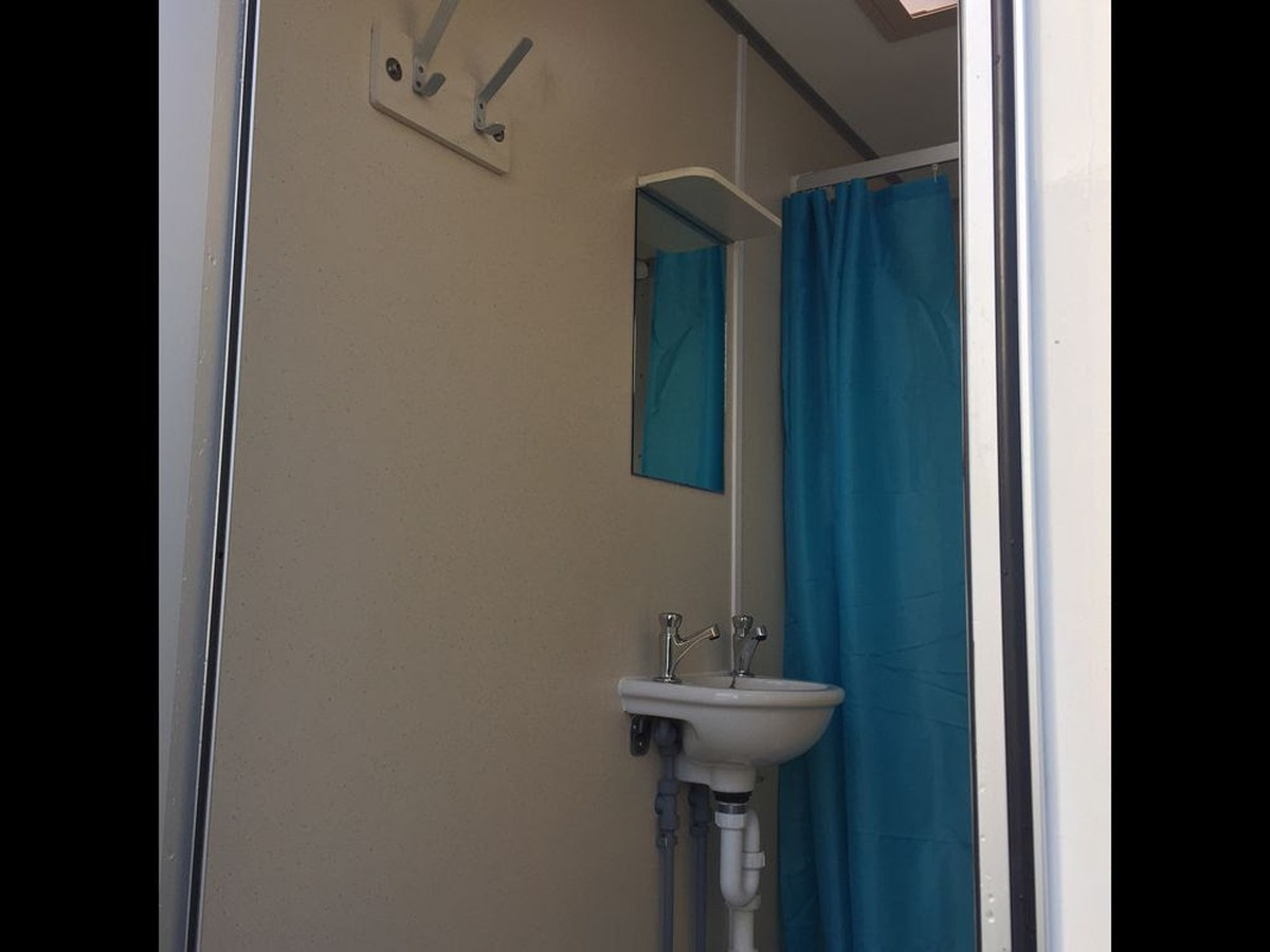 Secondhand toilet units shower units 2x wessington 4 bay shower trailers suffolk for Second hand bathroom fixtures