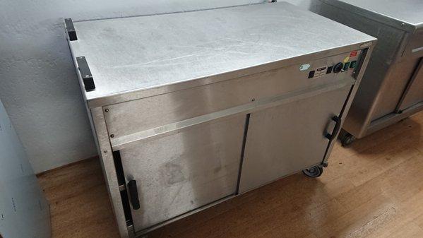 Hot cupboard on wheels