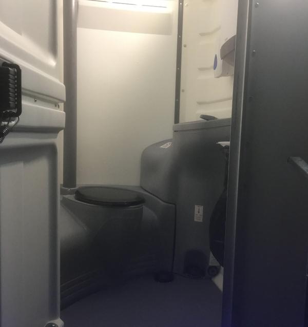 1 + 1 economy toilet trailer
