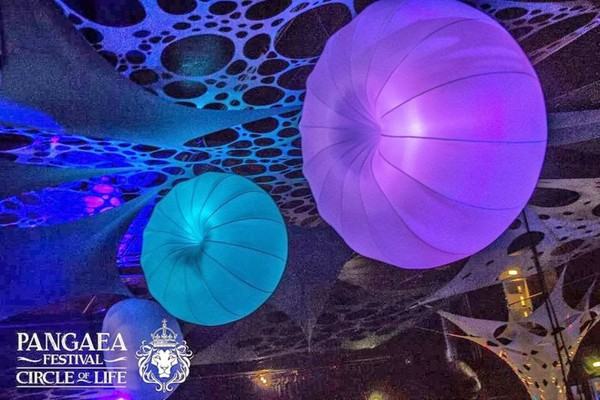 Large inflatable balls / spheres