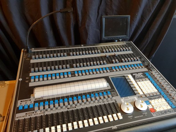 Avolites Peal 2000 moving light desk