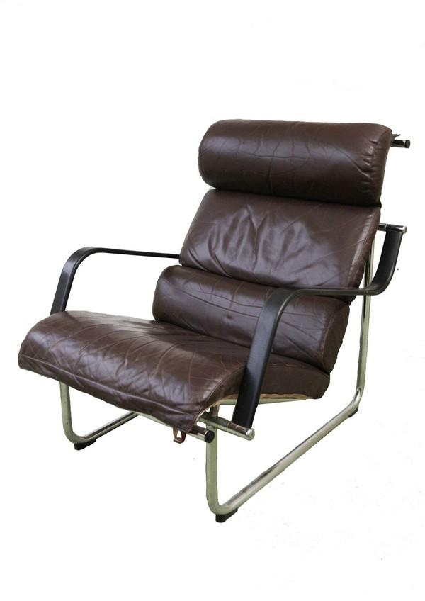 2 Avarte Remmi Yrjo Kukkapuro leather chairs and footstools