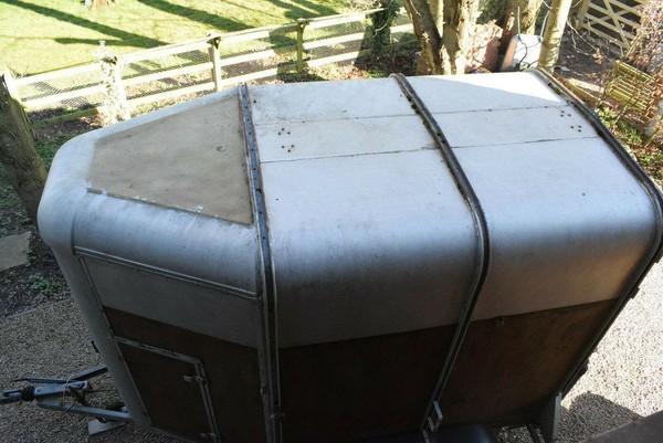 Horse box roof