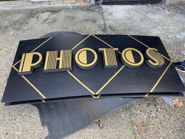 Photos sign