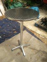 Poseur tables in Aluminium
