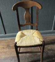 Dining chairs in solid wood and straw sitting surface