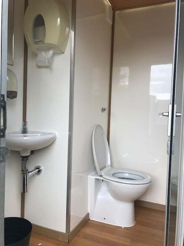 Recirculating toilet trailer