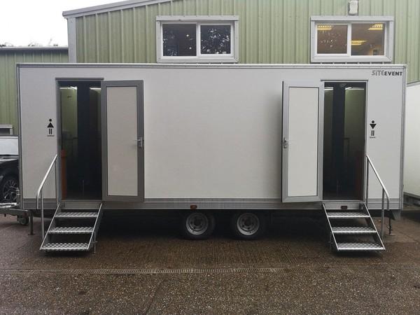 4 + 2 toilet trailer