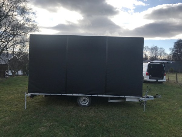 Small trailer stage