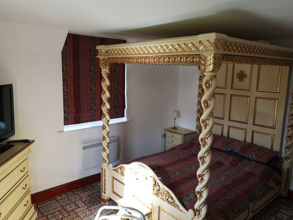 Four poster bed with candy twist posts