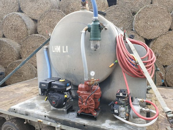 Vacuum tank with fresh water pump