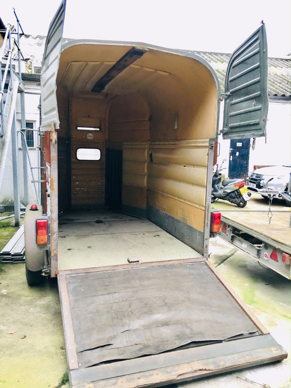 Twin wheeled horse box Rice box trailer