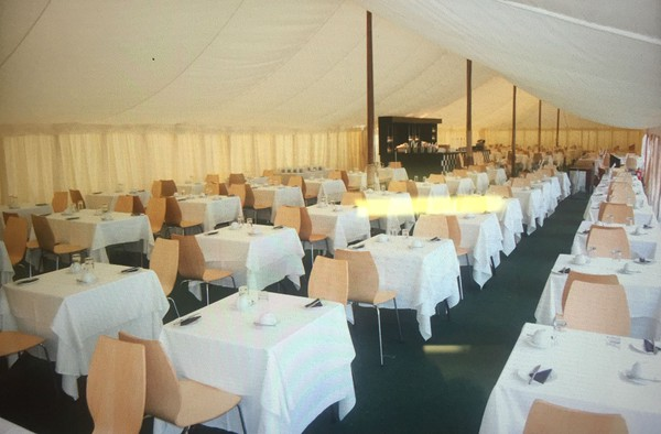 Flat lining in a traditional (pole) marquee