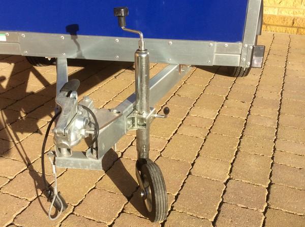 Tow hitch and jockey wheel