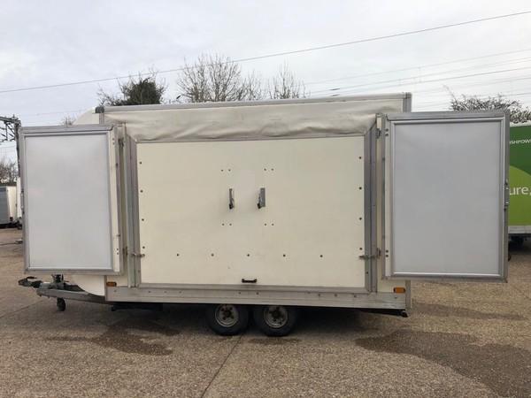 Opening show trailer roof / doors