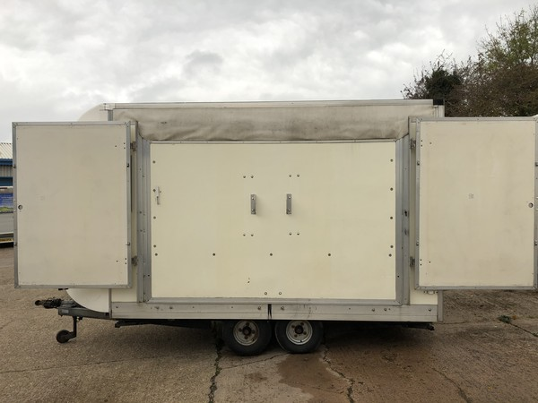 Exhibition box trailer with roof and wings