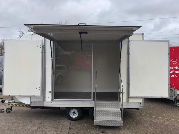 Show trailer with wings and hydraulic roof