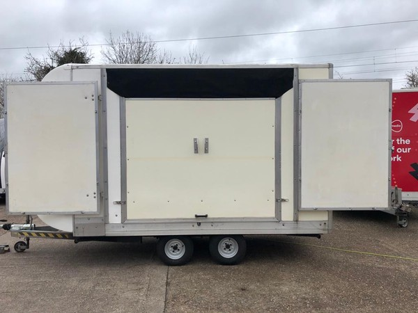 Show trailer with wings (roof closed)