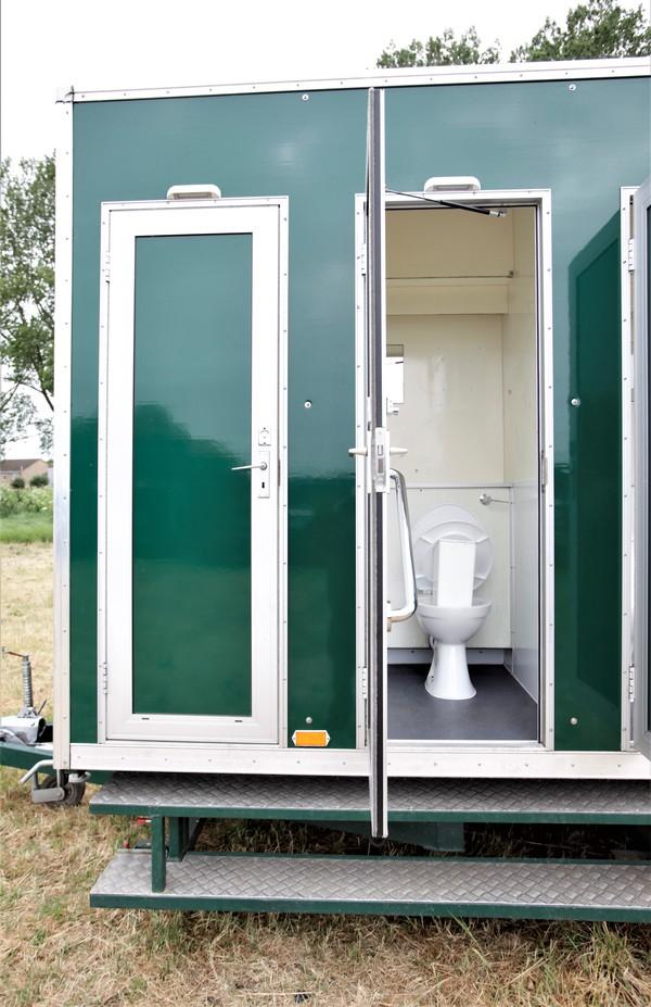 Toilet cubicles in multi bay trailer
