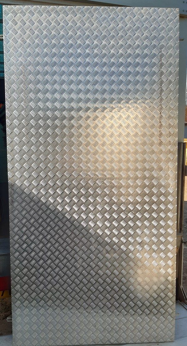 Aluminium checker plate walls
