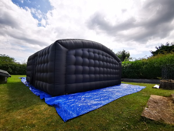 Inflatable blackout structure