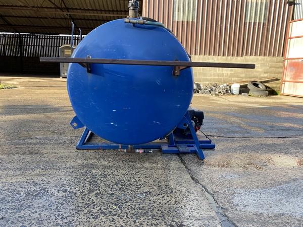 Vacuum tank with pump