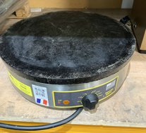 Round cast iron crepe maker