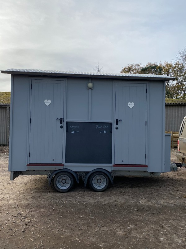 Trailer with two bathrooms / showers