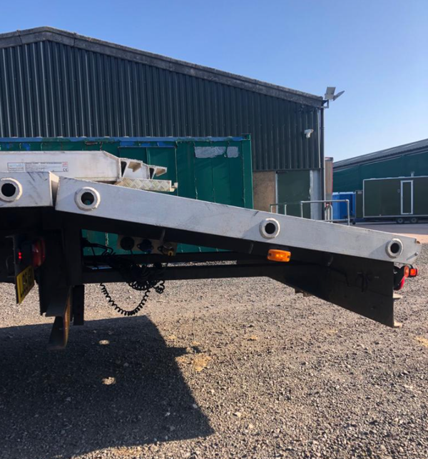 Secondhand flat bed truck with beaver tail