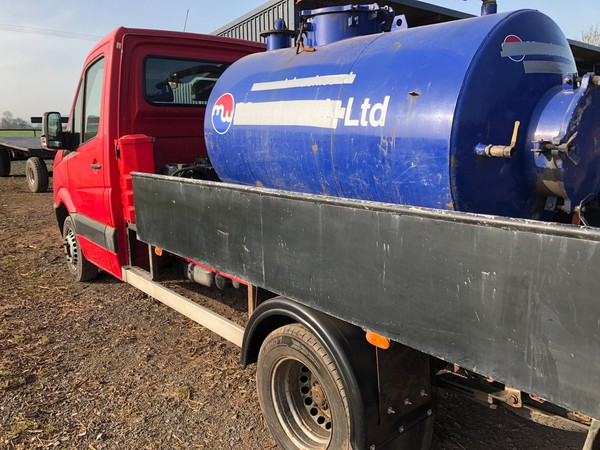 Vacuum tanker with service hatch