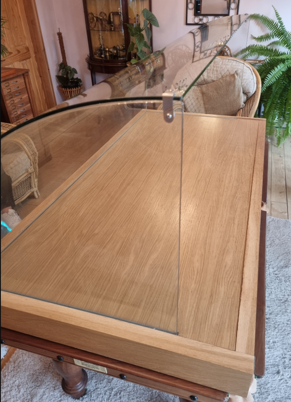 Counter top curved display / sneeze guard