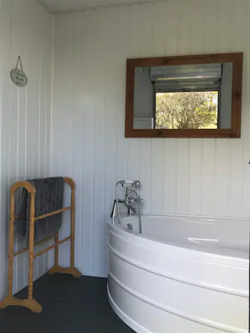 Glamping Jacuzzi Bath in Trailer