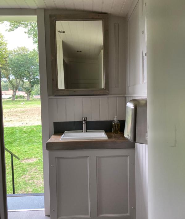 Secondhand toilet hut