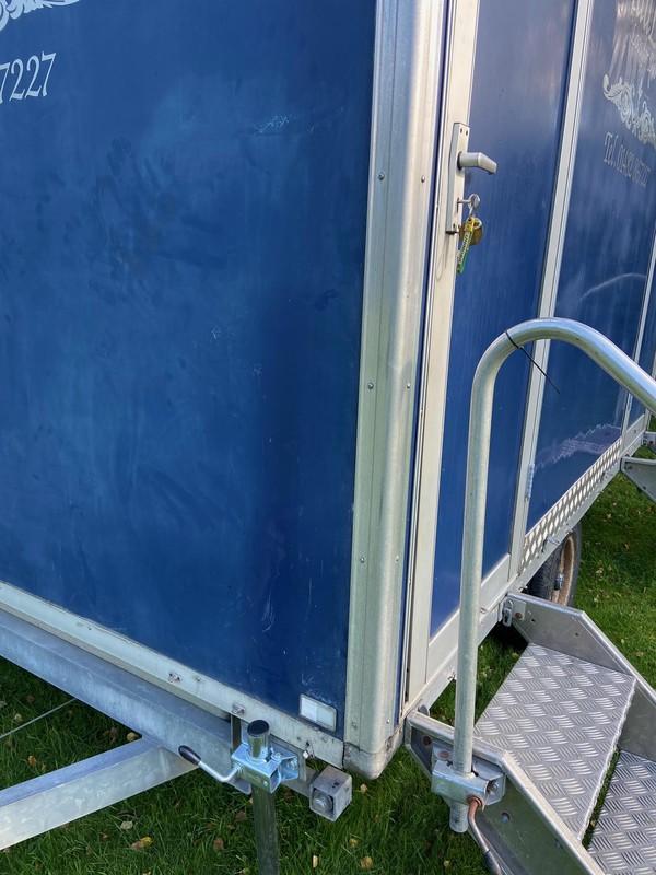 Toilet trailer corner steadies
